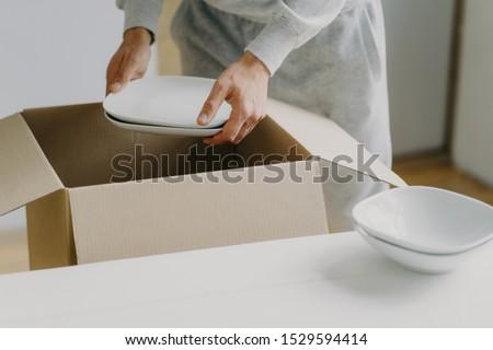 Kép ismeretlen elfoglalt férfi dobozok edények Stock fotó © vkstudio