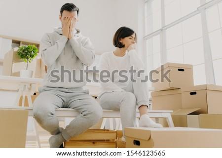 Aggódó pár póz boglya karton dobozok Stock fotó © vkstudio