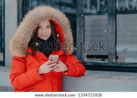 Przyjemny patrząc młodych kobiet czerwony kurtka Zdjęcia stock © vkstudio