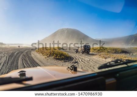 Widoku wewnątrz samochodu jazda konna morza piasku Zdjęcia stock © galitskaya