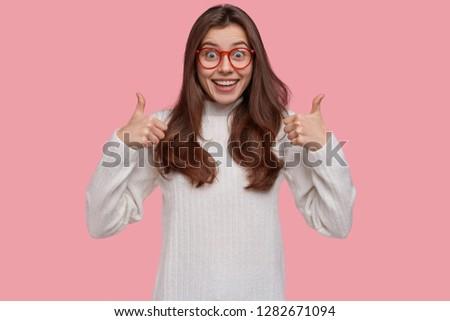 örvend fiatal női hölgy hüvelykujjak kiemelt Stock fotó © vkstudio