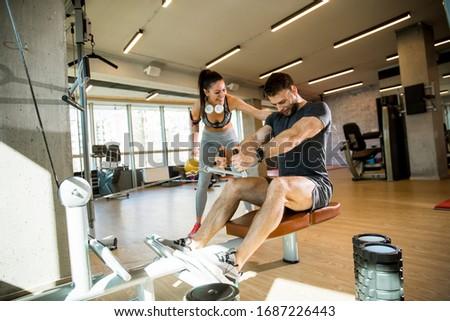 Jeune homme assis rangée machine gymnase soutien Photo stock © boggy