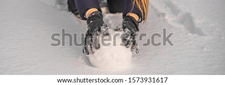 Mulher jovem gigante bola de neve boneco de neve bandeira Foto stock © galitskaya