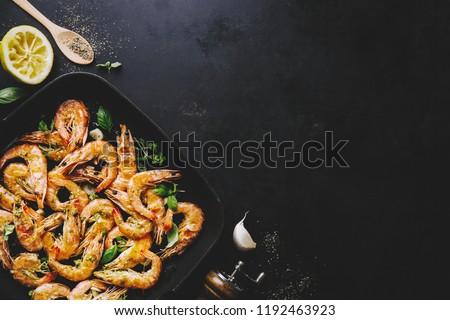 ízletes étvágygerjesztő pörkölt garnélák fűszer serpenyő Stock fotó © dash