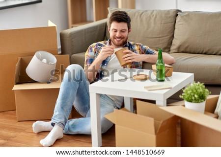 Souriant homme manger alimentaire nouvelle maison déplacement Photo stock © dolgachov
