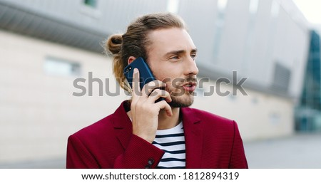 портрет · улыбаясь · молодые · бизнесмен · жест - Сток-фото © dacasdo