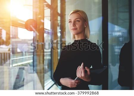 mujer · pensando · algo · jóvenes · mujer · de · negocios - foto stock © hasloo