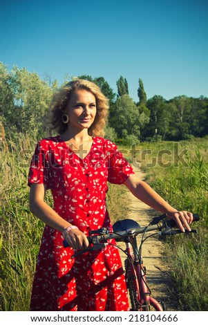 Moda foto bela mulher ciclismo campo de trigo trigo Foto stock © Geribody