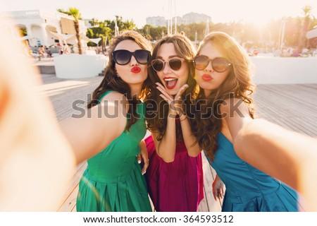 portret · drie · vrouwen · smartphone · vrienden - stockfoto © brazilphoto