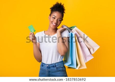 Mosolyog fürtös fiatal hölgy bevásárlótáskák tart Stock fotó © deandrobot