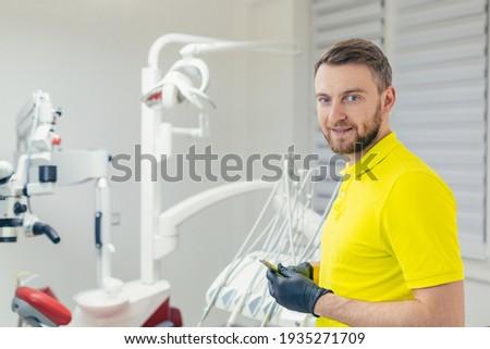 élégant médecin de sexe masculin barbe hôpital bâtiment Photo stock © feverpitch