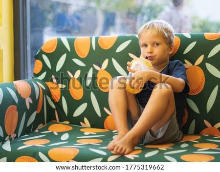Garçon boissons limonade thé orange boire Photo stock © galitskaya