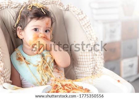 Enfant fille manger spaghettis déjeuner Photo stock © Lopolo