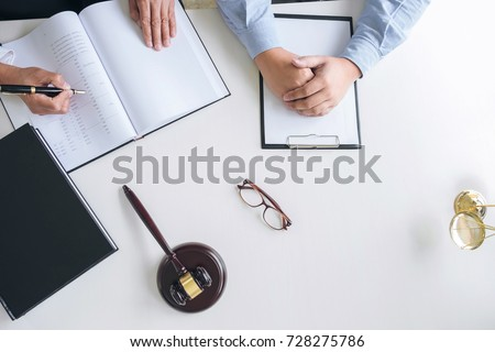 mannelijke · advocaat · werken · hamer · schalen · justitie - stockfoto © freedomz