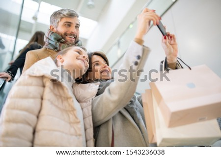 Toevallig jonge familie drie bewegende beneden Stockfoto © pressmaster