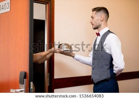 молодые серьезный официант продовольствие один отель Сток-фото © pressmaster