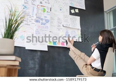 Fiatal mezítláb üzletasszony ül szék iskolatábla Stock fotó © pressmaster