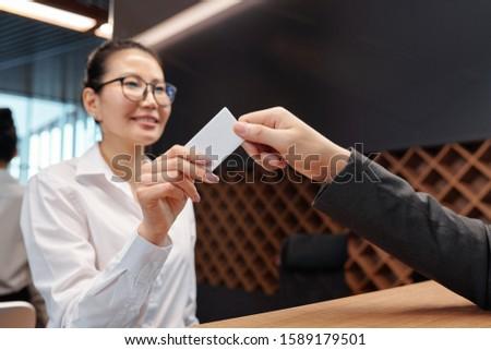 Mano jóvenes recepcionista tarjeta negocios Foto stock © pressmaster
