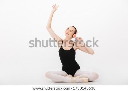 Image femme ballerine écouter de la musique jeune femme Photo stock © deandrobot