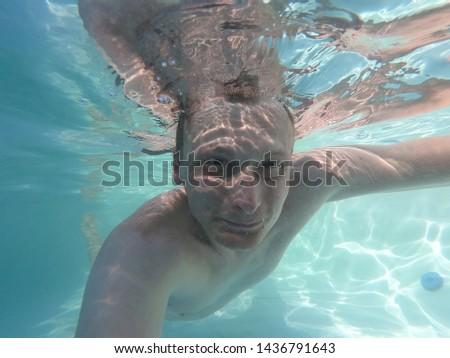 Genç turist adam yüzme turkuaz deniz Stok fotoğraf © galitskaya