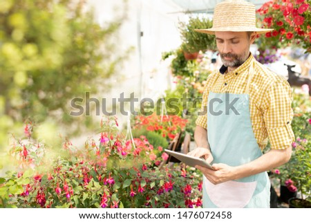 зрелый фермер Hat фартук цифровой таблетка Сток-фото © pressmaster
