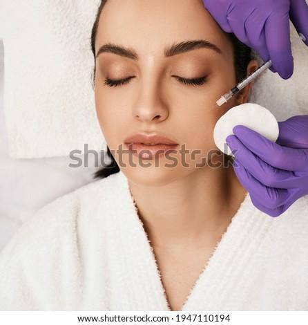 笑みを浮かべて · 若い女性 · 注入 · 化粧品 · 治療 · 美しい - ストックフォト © andreypopov