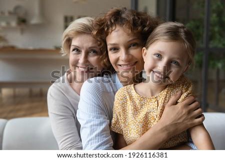 üç mutlu gündelik kızlar oturma kanepe Stok fotoğraf © pressmaster