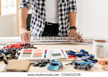 Jovem artesão governante em pé tabela trabalhando Foto stock © pressmaster