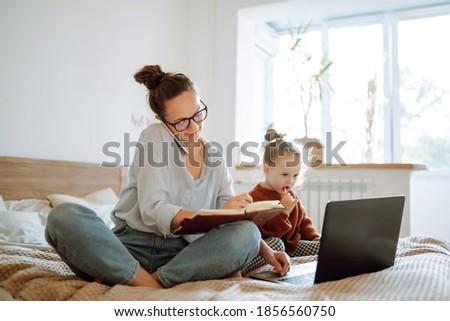 kobieta · mówić · telefonu · sofa · salon - zdjęcia stock © pressmaster