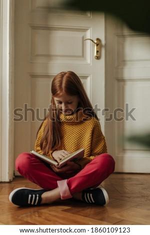 Güzel kız sarı pantolon parlak oda buket Stok fotoğraf © ElenaBatkova