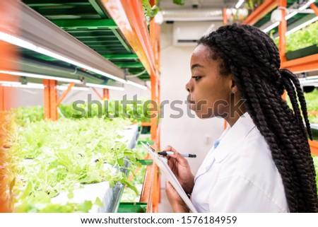 Kortárs női biológus irat készít biológiai Stock fotó © pressmaster