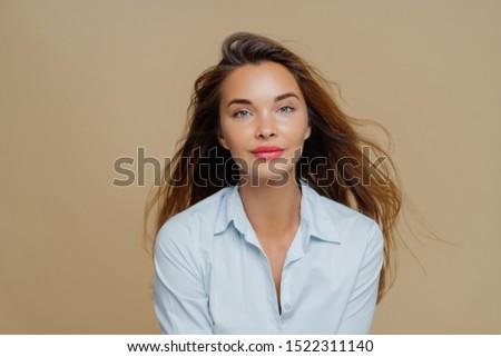 Fiatal női hosszú hullámos haj lebeg szél Stock fotó © vkstudio