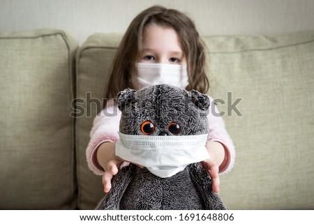 Komik sevimli beyaz kız grip maske Stok fotoğraf © zkruger