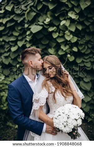 Stijlvol bruiloft foto jonge vrouw frisse lucht natuur Stockfoto © ElenaBatkova
