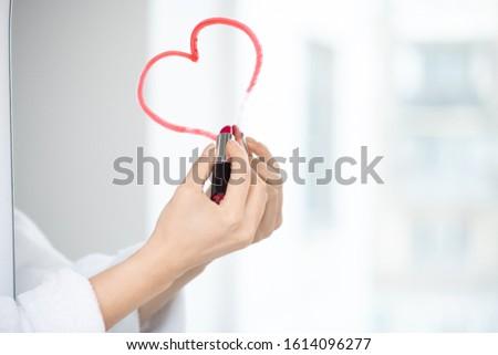 Mano femenino blanco albornoz dibujo Foto stock © pressmaster