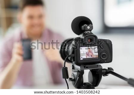 Masculino blogger blogging pessoas sorridente Foto stock © dolgachov