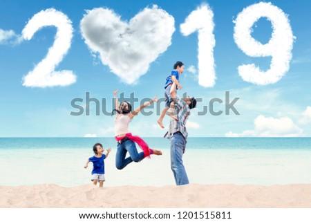 Portret szczęśliwy młodych rodziny przyszłości Zdjęcia stock © deandrobot