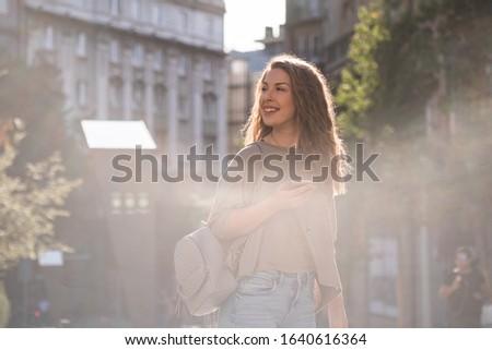 vrouw · Geel · regenjas · bril · praten · mobiele · telefoon - stockfoto © boggy