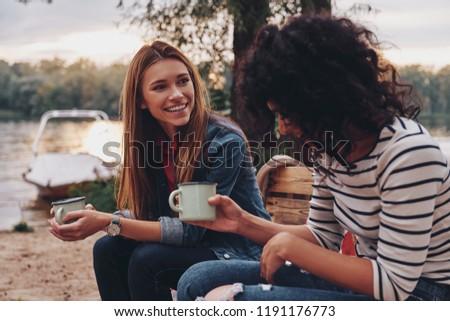 twee · jonge · collega's · koffiepauze · cafe · samen - stockfoto © kzenon