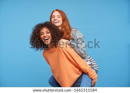 Fotografia radosny młoda kobieta długo ciemne włosy Zdjęcia stock © deandrobot
