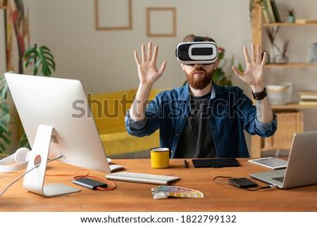 Giovani auricolare toccare virtuale display Foto d'archivio © pressmaster