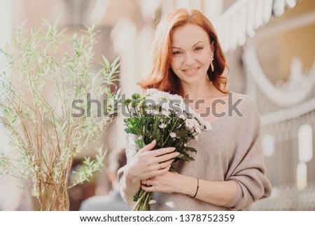Ao ar livre tiro agradável olhando jovem gengibre Foto stock © vkstudio