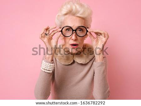 Fotó zavart nő tart szemüveg néz Stock fotó © deandrobot