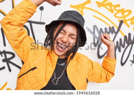 Stijlvol meisje dans pose graffiti muur Stockfoto © photocreo