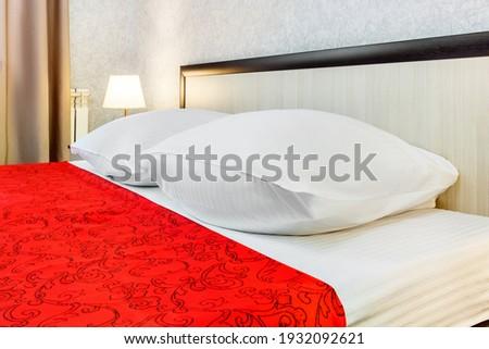 красный · подушкой · красивой · молодые · брюнетка · женщину - Сток-фото © frameangel
