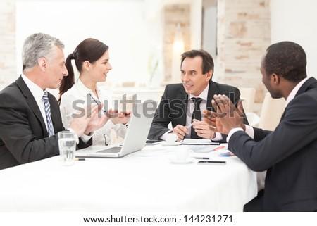 Csoport többnemzetiségű üzletemberek tapsol bemutató iroda Stock fotó © zurijeta