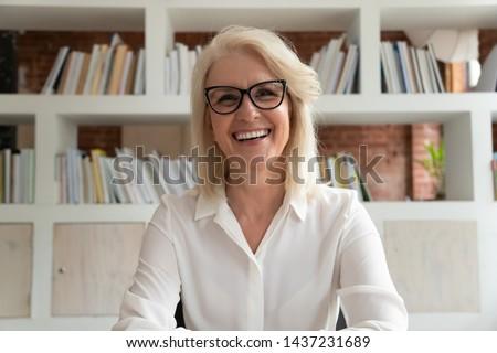 boldog · üzletasszony · okostelefon · kollégák · nő · internet - stock fotó © diego_cervo