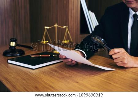 abogado · lectura · jurídica · contrato · acuerdo · lupa - foto stock © freedomz