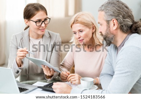 Młodych agent touchpad elektronicznej dokumentu Widok Zdjęcia stock © pressmaster