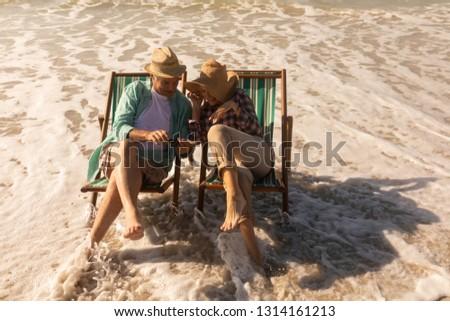 Magasról fotózva kilátás aktív idős pár mobiltelefon megnyugtató Stock fotó © wavebreak_media